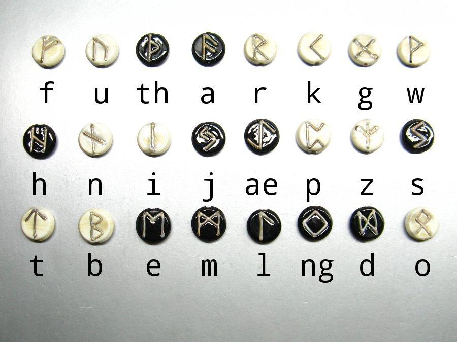 Das ältere Futhark Glasperlen von www.perlenhelga.de